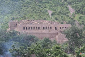 MOST HAUNTED PLACES IN INDIAN GHOST TOWN OF BHANGARH AJABGAR