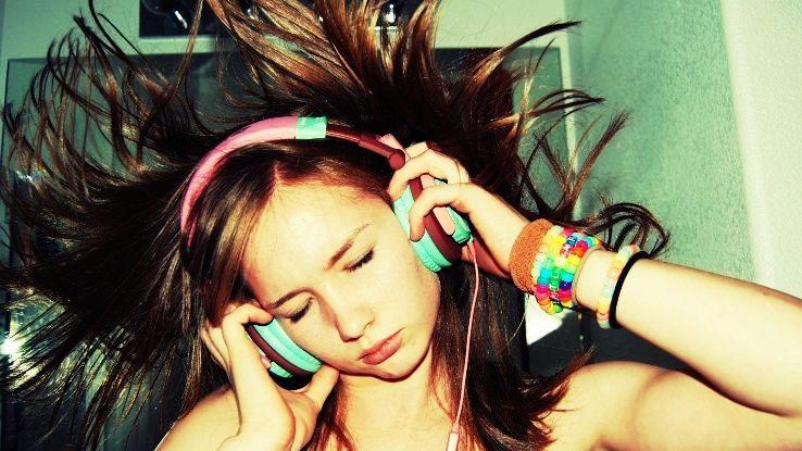 Girls-Listen-Music_1425877584i70.jpg