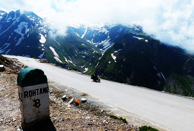 Enjoy these amazing sights while traveling from Delhi to Leh in Rs.1365. Most scenic bus route