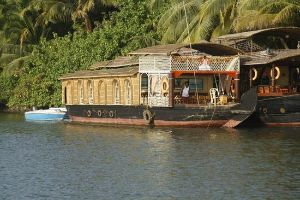 Stay In A House Boat